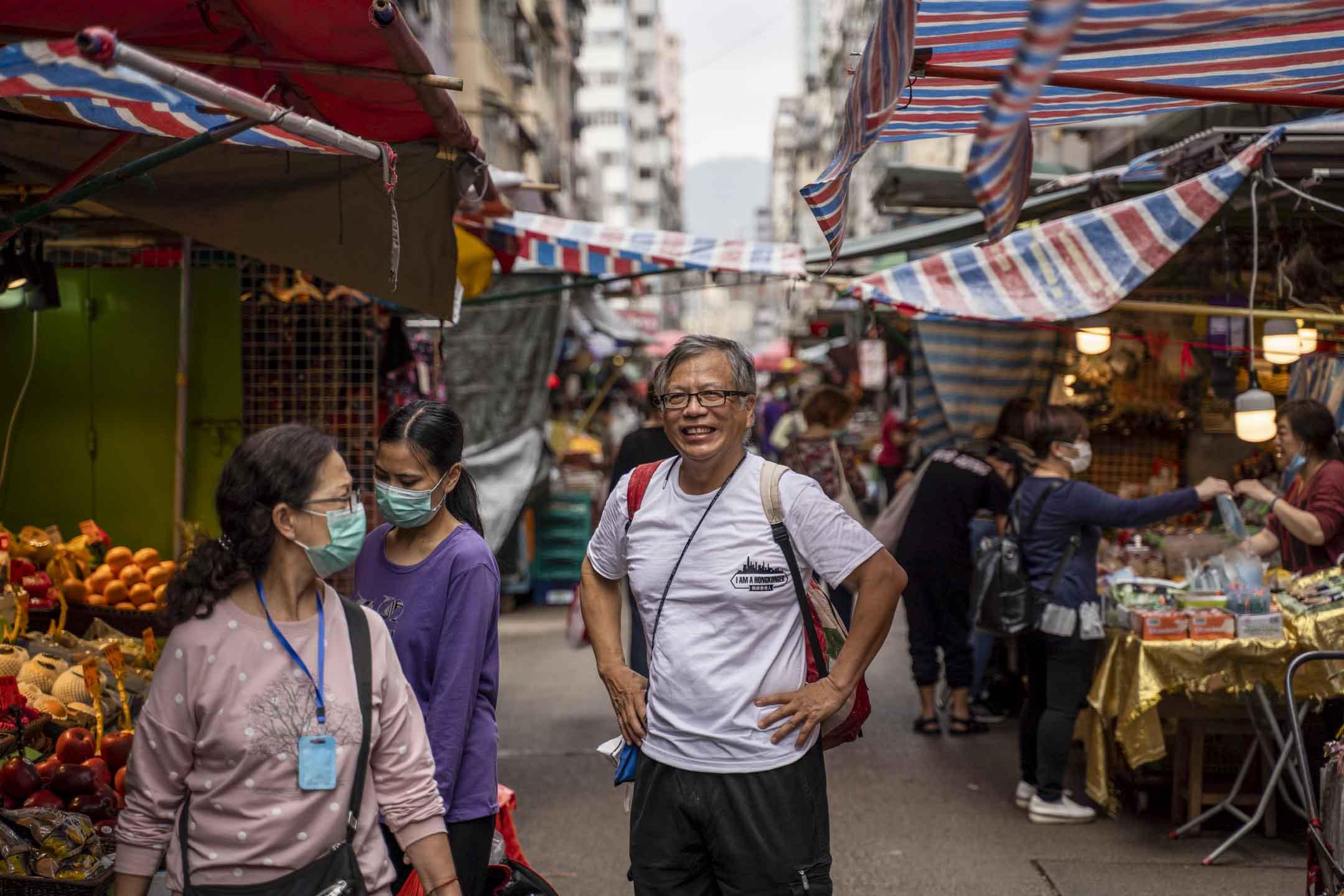 化學博士鄺士山K. Kwong,月前落手設計了香港第一款可更換濾芯的口罩,為這每天要回覆數以百計的信息、從早到晚接受多個傳媒的訪問。 攝:林振東/端傳媒