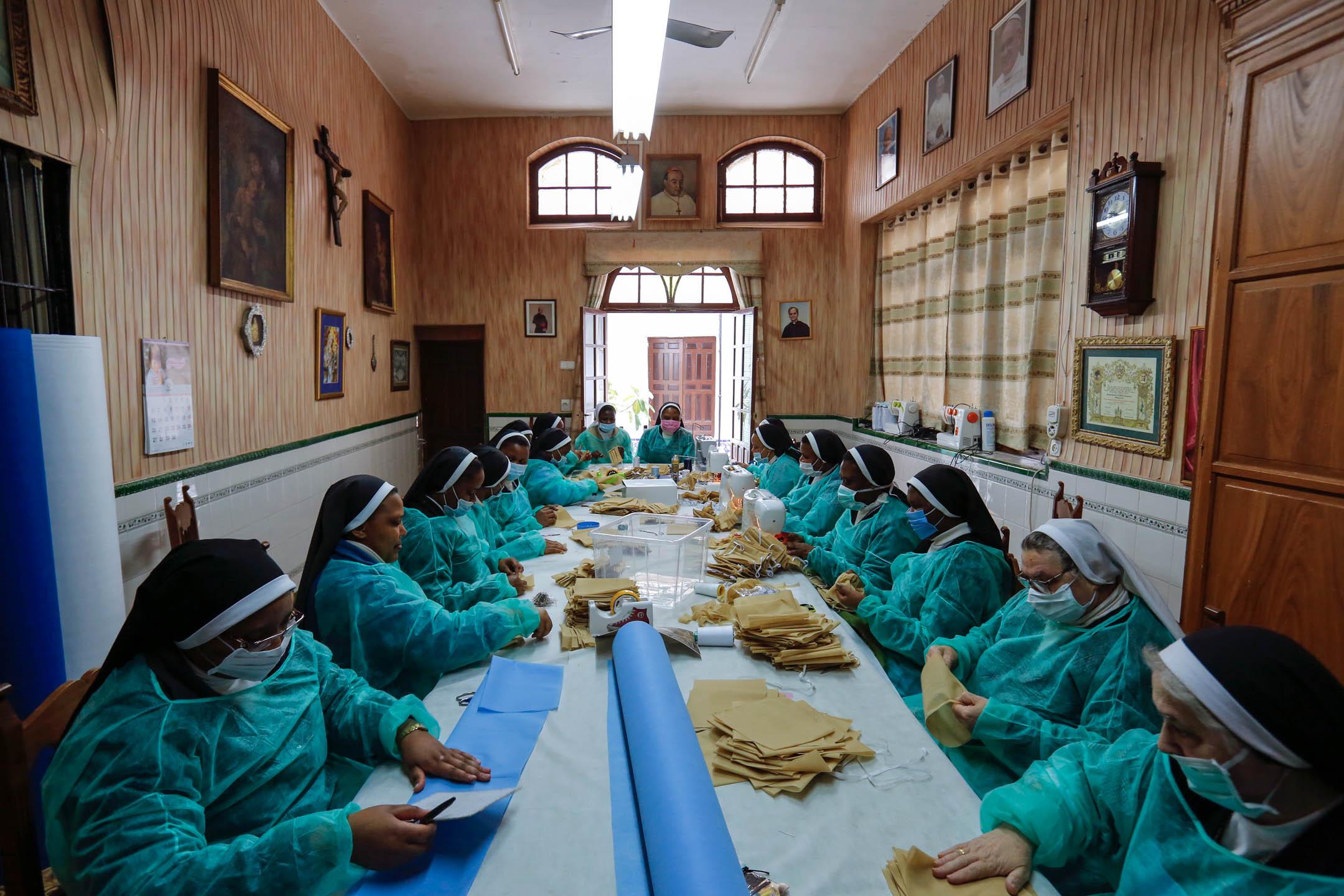 2020年4月4日,西班牙西維爾一家教會的修女正在製作口罩和保護衣,供社區內的居民使用。 攝:Marcelo del Pozo/Getty Images