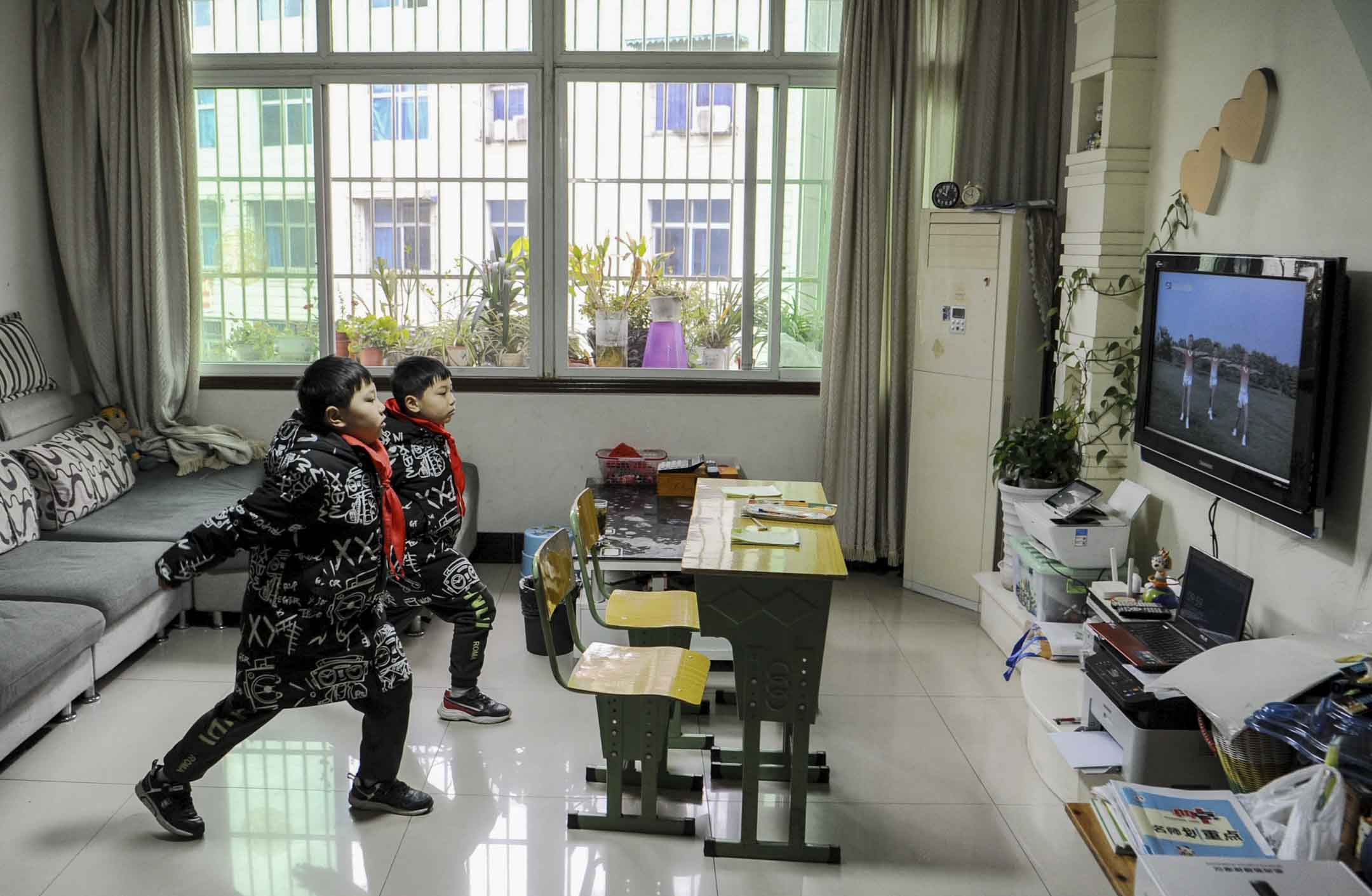 2020年3月9日,四川省眉山市,雙胞胎小學生透過網上上課學習。 攝: Liu Zhongjun/China News Service via Getty Images