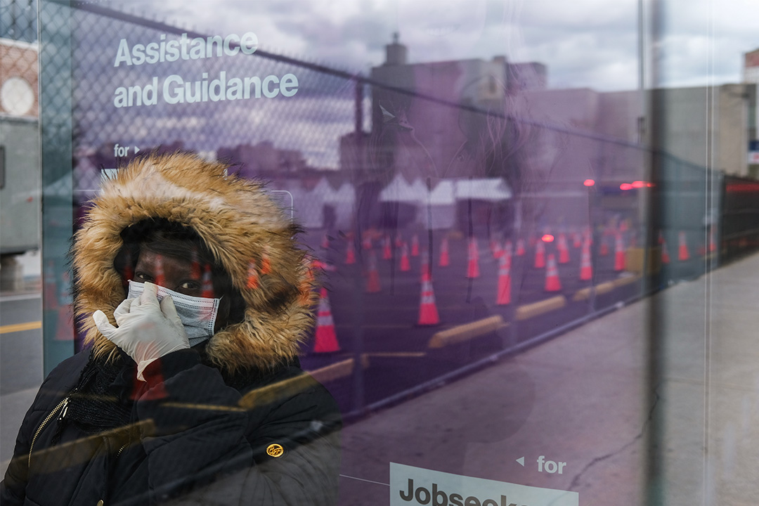 2020年4月10日紐約布魯克林,婦女在2019冠狀病毒測試點附近等待公共汽車。 攝:Spencer Platt/Getty Images