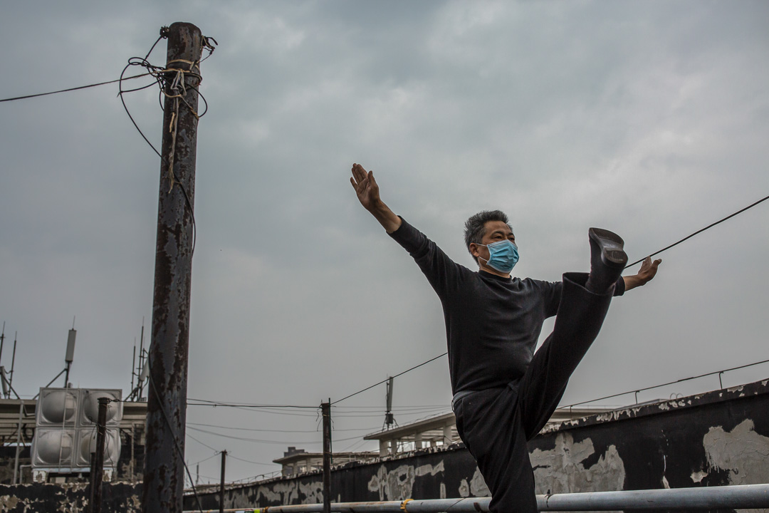 武漢軟件工程職業學院作為康復隔離點的最後一天,新冠肺炎康復病人在天台鍛煉。  攝:ZuoZuo/端傳媒
