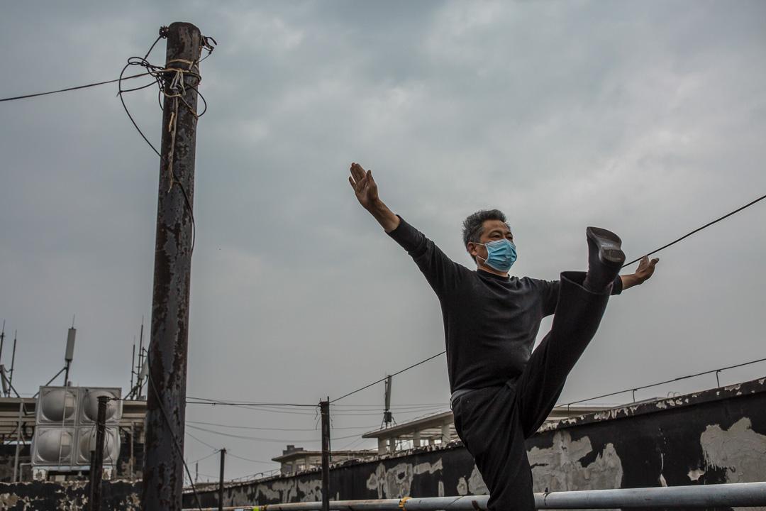 武漢軟件工程職業學院作為康復隔離點的最後一天,新冠肺炎康復病人在天台鍛煉。