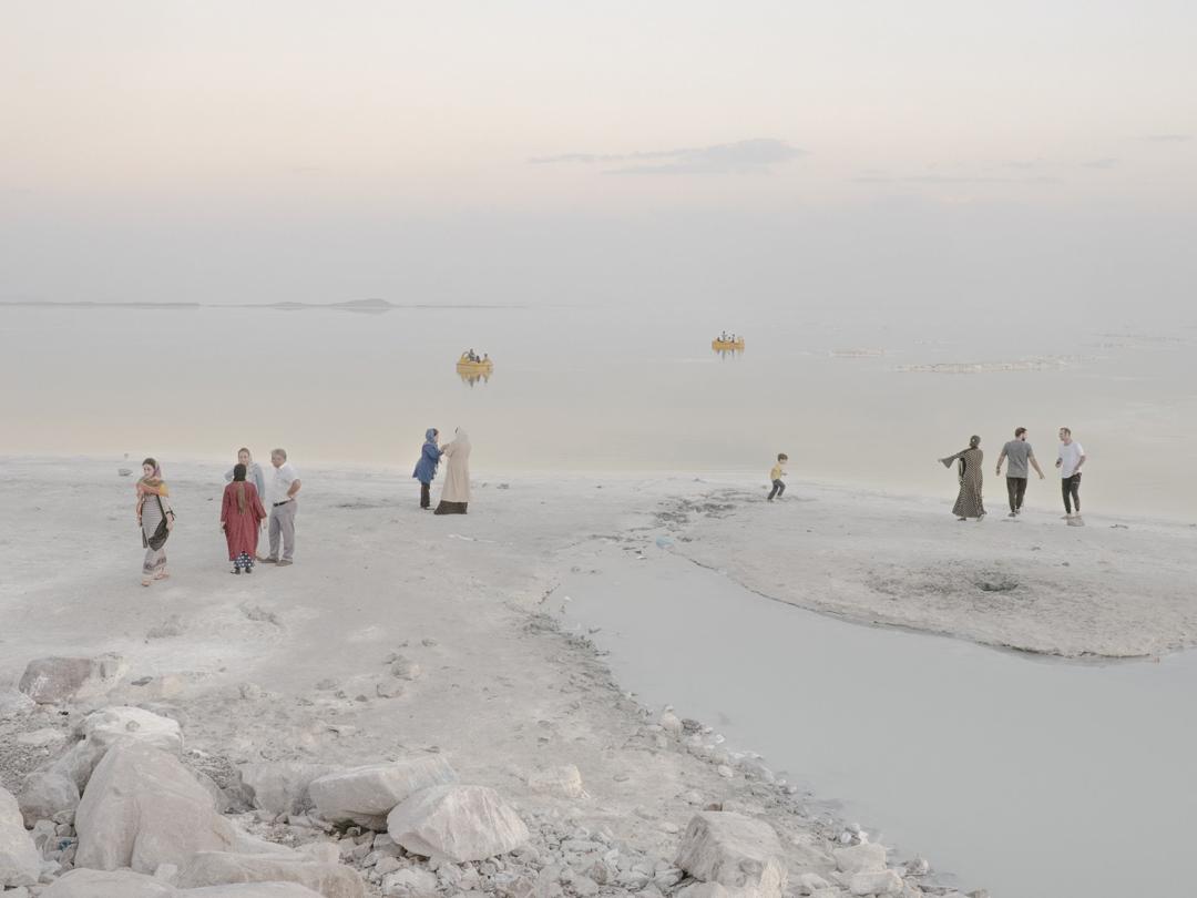 2018年9月18日,遊人正在伊朗的爾米亞湖玩耍。爾米亞湖曾是世界上最大的鹹水湖,因為氣候暖化和乾旱而逐漸乾涸。