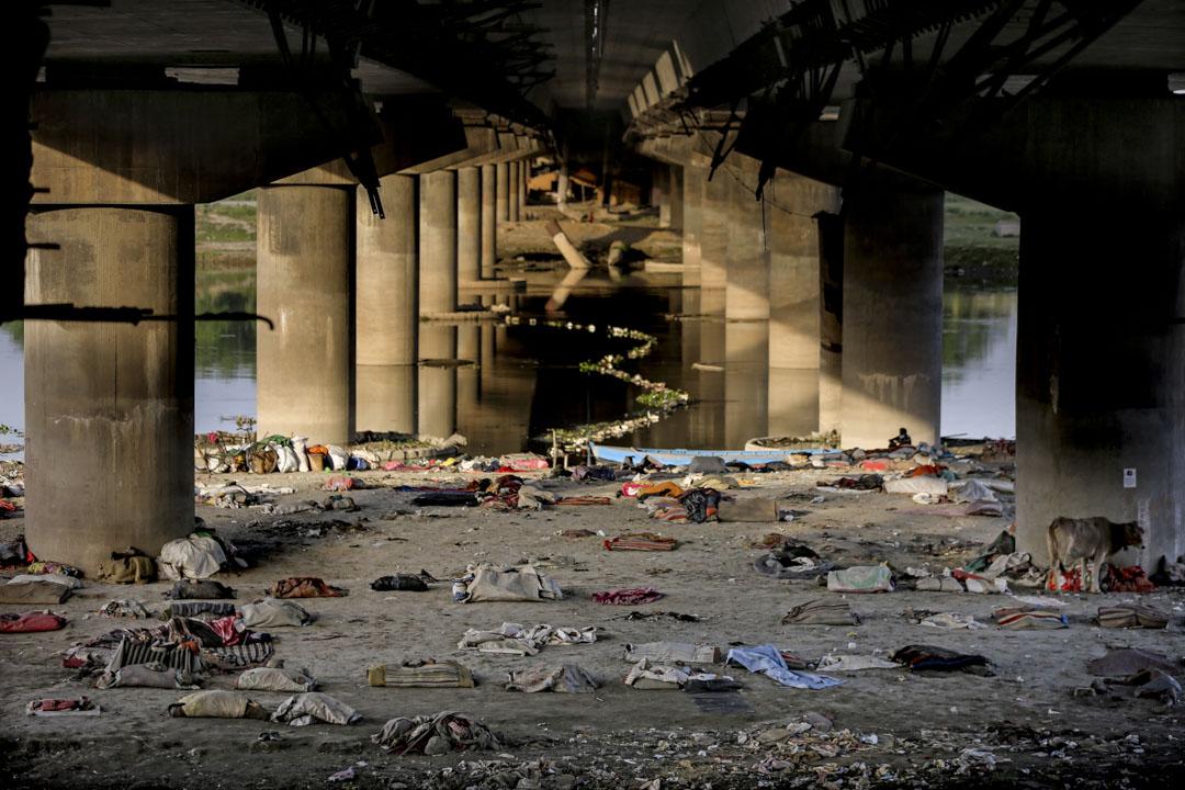 2020年4月15日,印度移民工人和無家可歸的人被驅逐出亞穆納河河岸,他們在一條橋下留宿,用品散落一地。