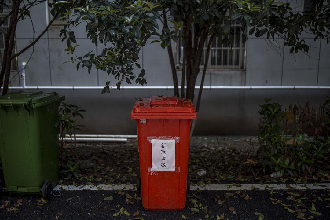 武漢康復隔離點內的垃圾桶。