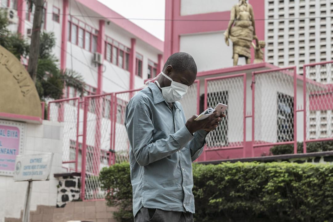 2020年3月6日,喀麥隆雅恩德醫院外,一名男子戴著口罩。