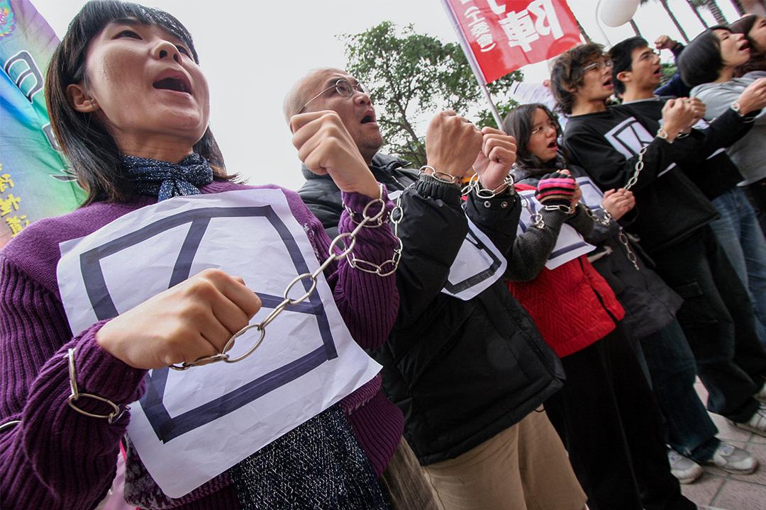 2006年1月9日,示威者在台灣台北的香港旅遊發展局台北辦事處外喊口號,因去年12月WTO在香港舉行期間,一名台灣大學生因示威衝突被捕並等待審判。