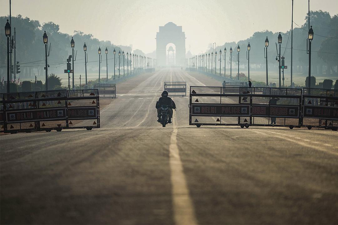 2020年3月22日印度新德里,為防止2019冠狀病毒採取宵禁措施,駕駛者在空曠的道路上騎行。