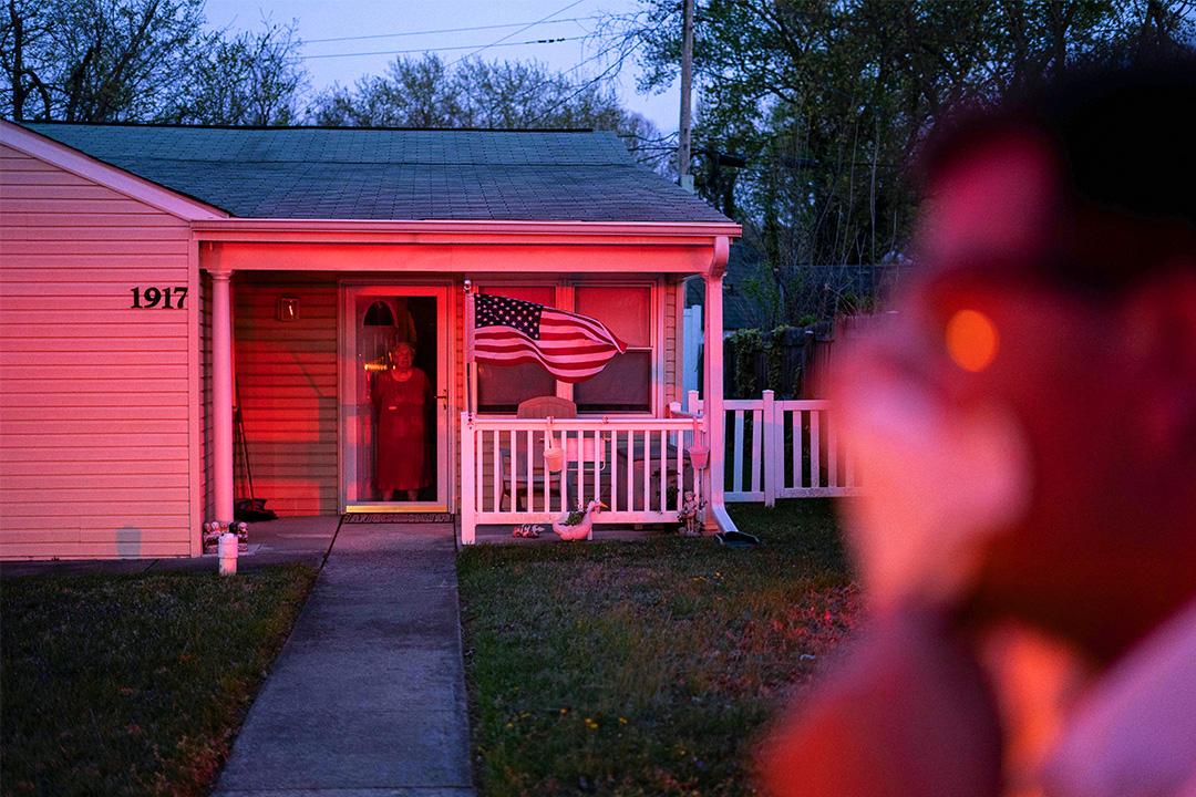 2020年4月10日美國馬里蘭州格倫伯尼,消防員和警察到場因爲一名老年病人在家摔倒。