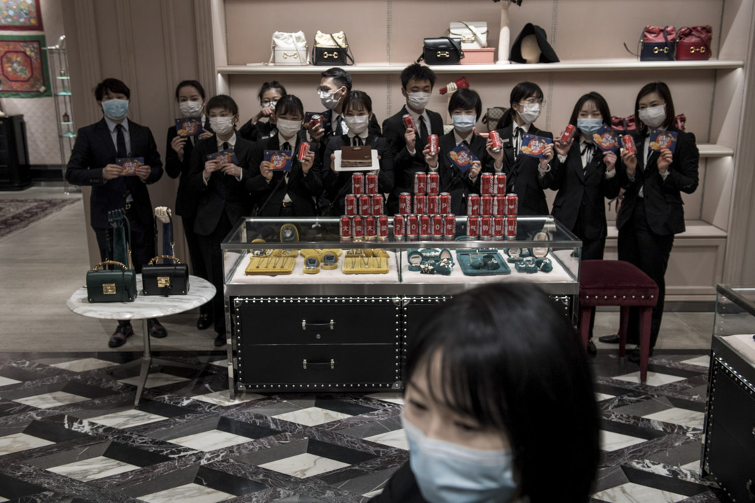 2020年3月30日,武漢一個購物中心重新開張,售貨員都戴上口罩工作。