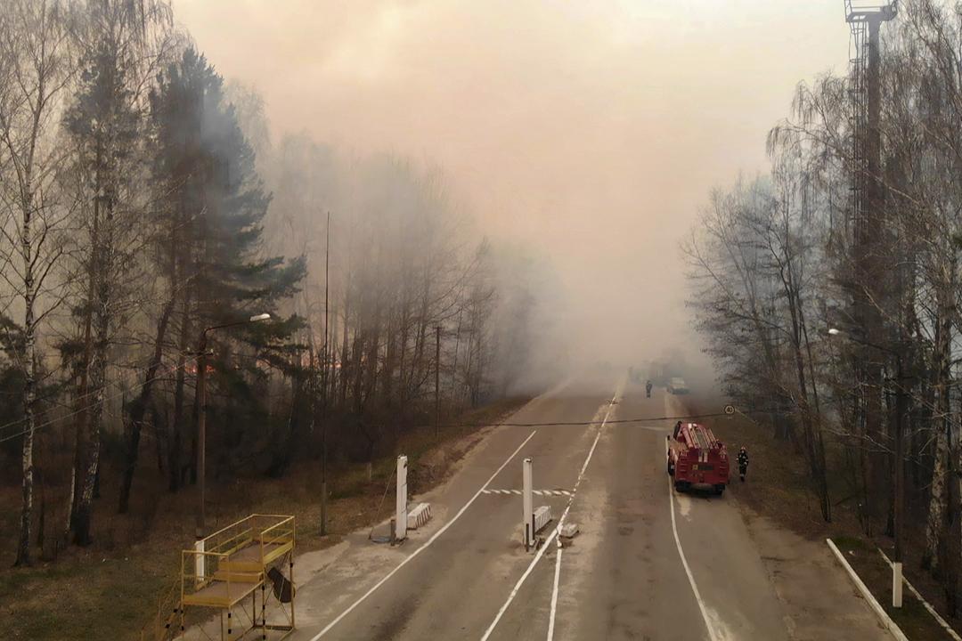 2020年4月10日在距離切爾諾貝爾核電廠禁局約30公里處,可見森林大火的火光及濃煙。 圖片來源:STR / AFP via Getty Images