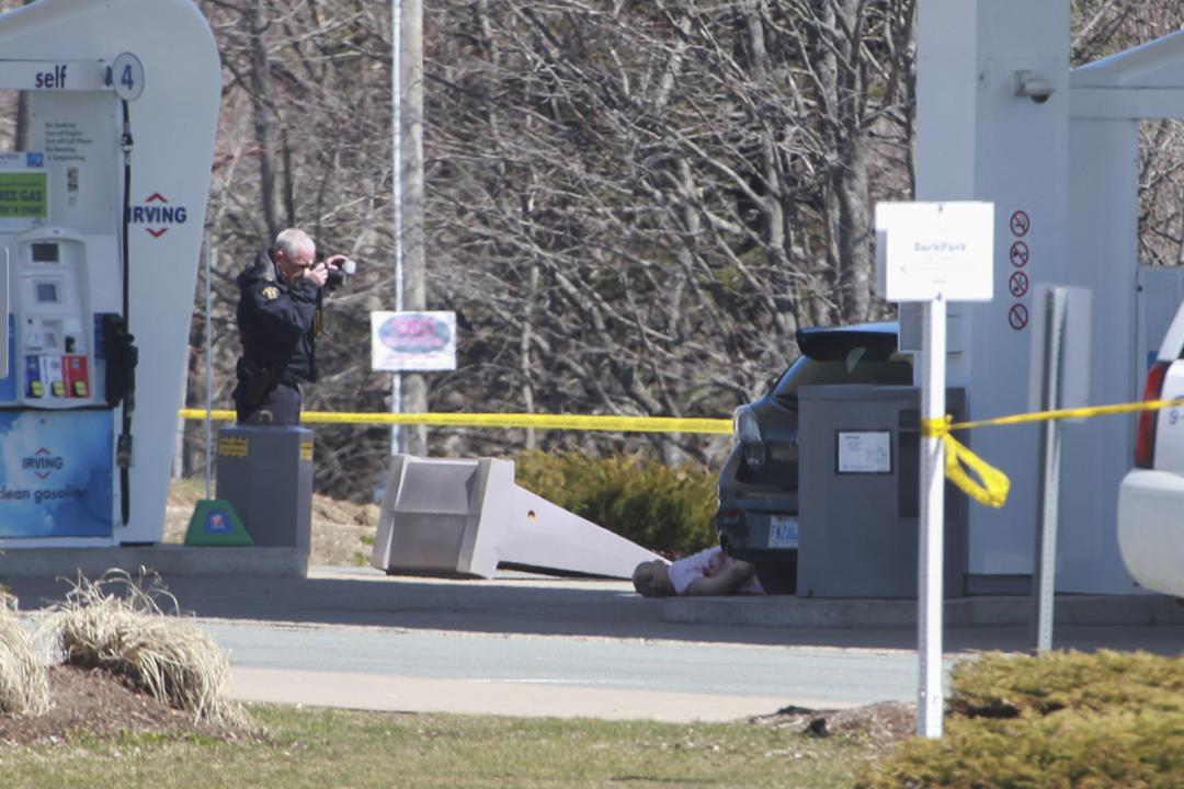 2020年4月19日,加拿大警方追截連環槍擊案槍手至一個加油站,隨後宣告槍手死亡,警員在現場拍照蒐證。 攝:Tim Krochak / AFP via Getty Images