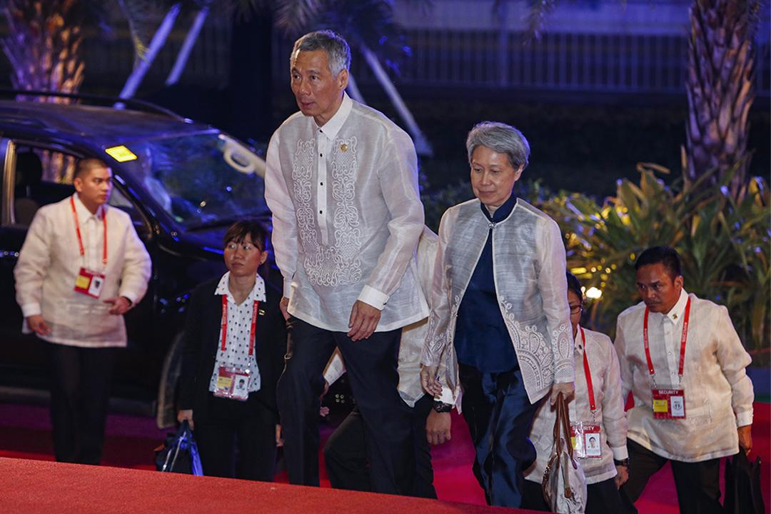 2015年11月18日,新加坡總理李顯龍和夫人何晶抵達菲律賓馬尼拉舉行的亞太經濟合作組織峰會的歡迎晚宴。 攝:Edgar Su/AP/達志影像