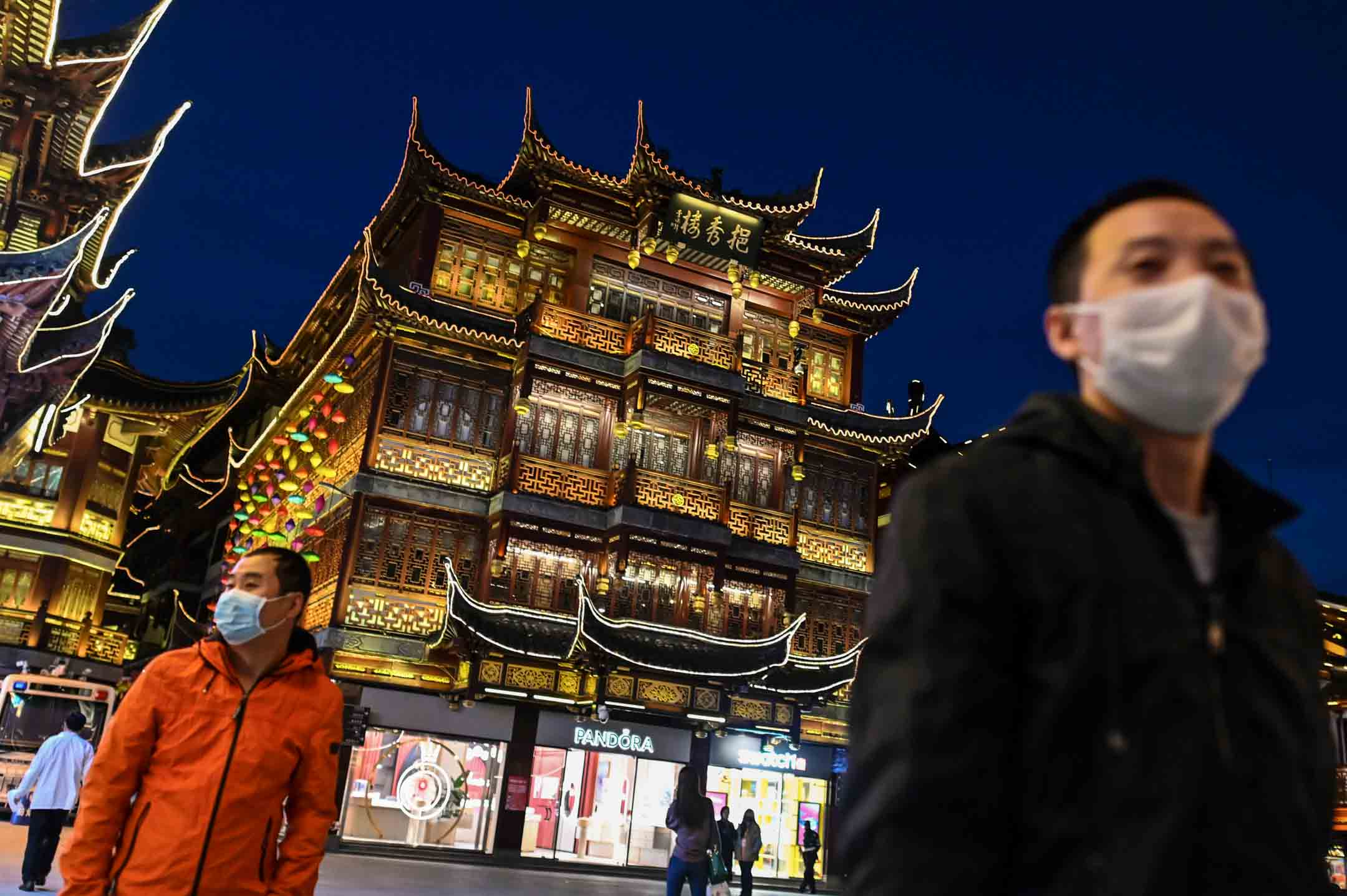 2020年3月23日,戴著口罩預防2019冠狀病毒的市民於上海豫園。 攝: Hector Retamal/AFP via Getty Images