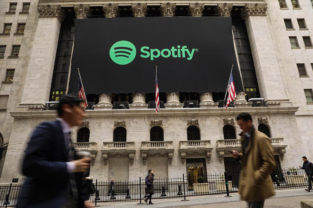 2018年4月3日紐約,Spotify的橫幅從紐約證券交易所掛起。