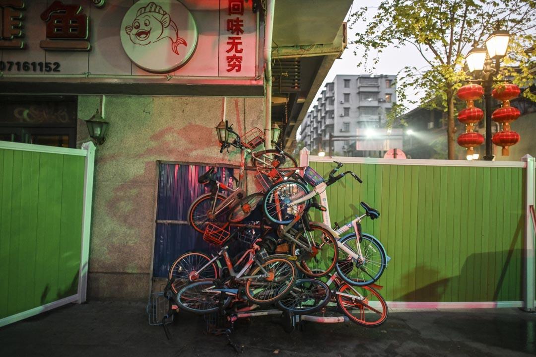 2020年3月31日,武漢的一條街道上有大量被廢棄的共享單車。