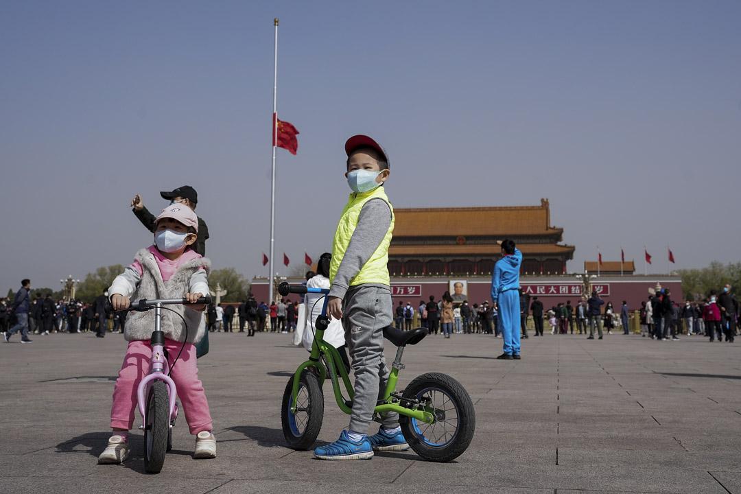 2020年4月4日,北京全國哀悼期間,小孩戴著口罩在天安門廣場上哀悼。