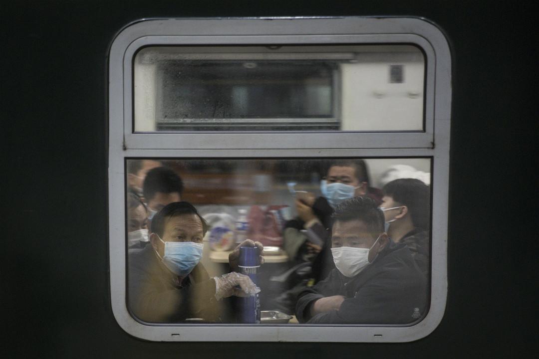 2020年4月8日,武漢市解除出城交通管控措施,市民乘列車離開。 攝:Getty Images