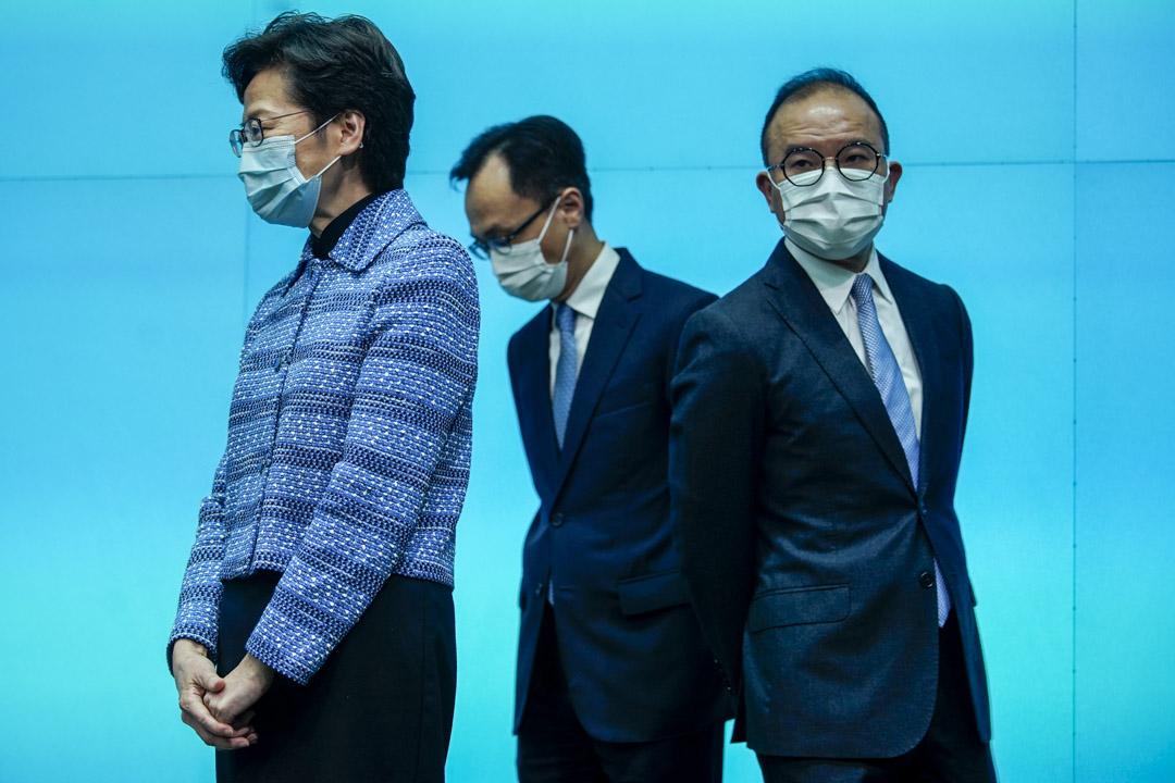 2020年4月22日,林鄭月娥與公務員事務局局長聶德權及政制及內地事務局局長曾國衞。