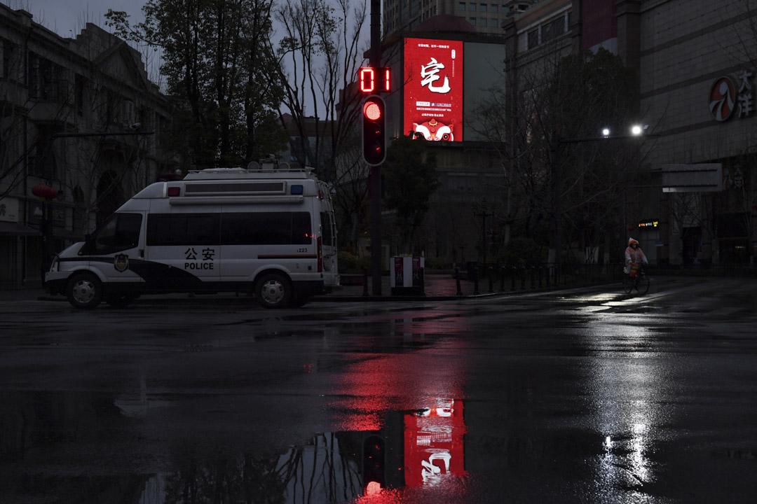 2020年2月28日,武漢的警車停泊在一幢民居下。