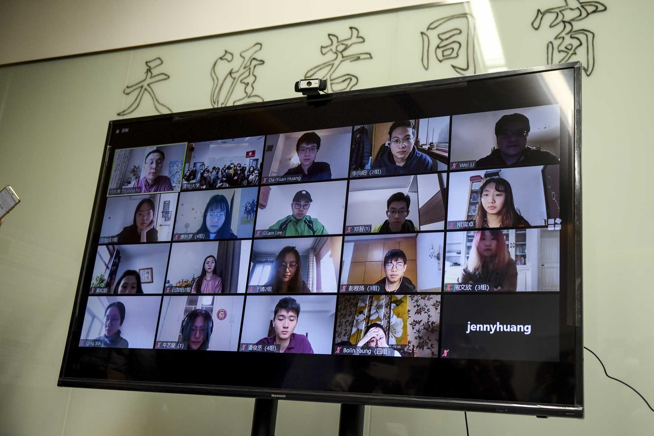 2020年2月28日,北京清華大學藝術與設計學院正進行網上上課,學生們在教室的屏幕上。