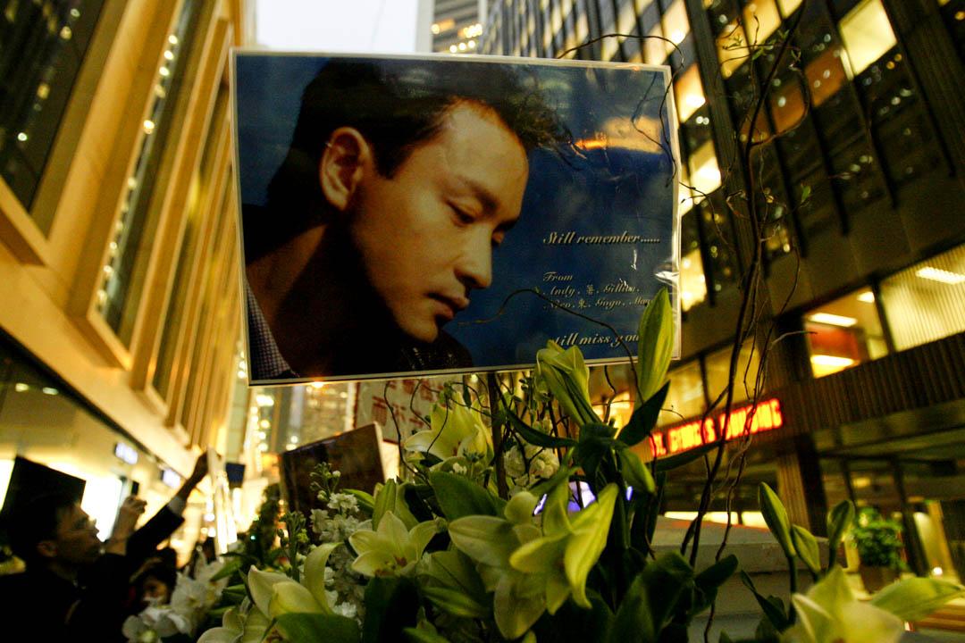 2008年4月1日,中環文華酒店外,有鮮花悼念張國榮逝世五周年忌日。