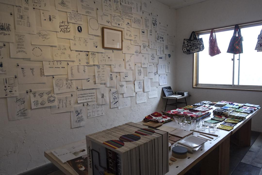 日本不少書店都設有展覽空間,店主視之為表現的媒介外,不同的個展及專題展,還會為書店招來不同的客人。