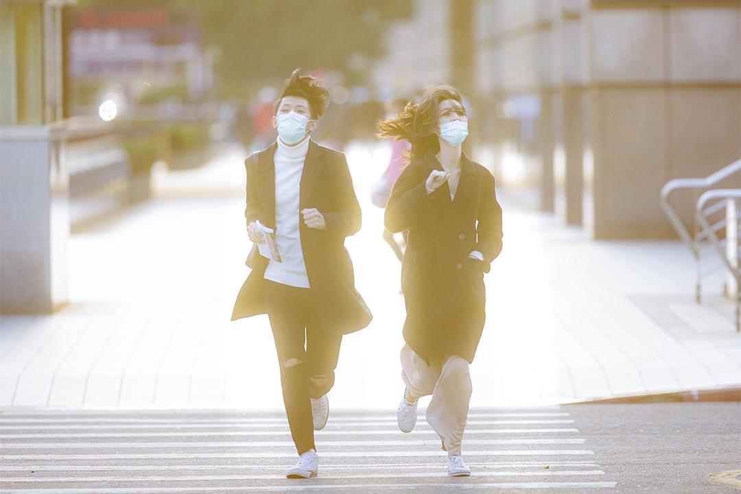 2020年4月14日台北,一對年輕人橫過馬路。 攝:陳焯煇/端傳媒