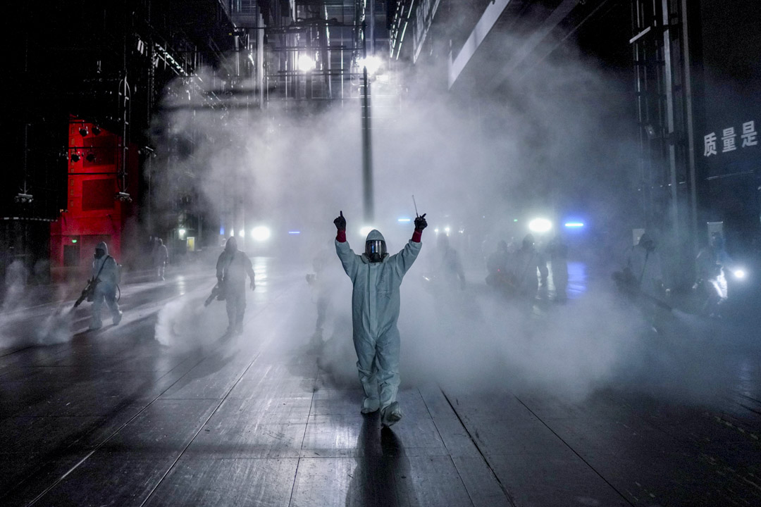 2020年4月2日,武漢的志願者在市內的琴台大劇院進行消毒。 攝:Aly Song/Reuters/達志影像