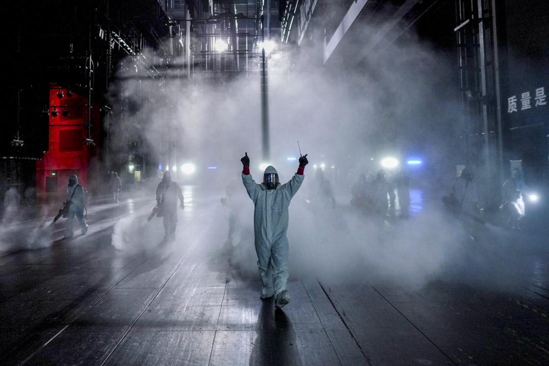 2020年4月2日,武漢的志願者在市內的琴台大劇院進行消毒。