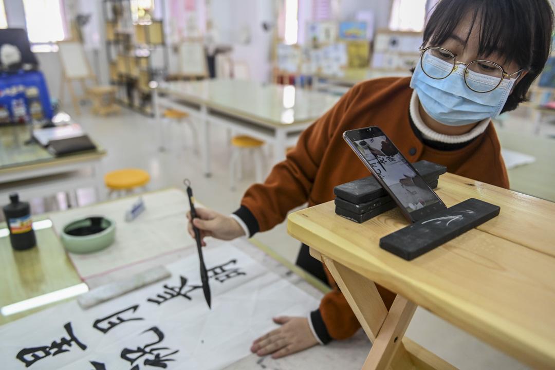 2020年2月24日,廣州一位老師於為學生錄製書法課程。