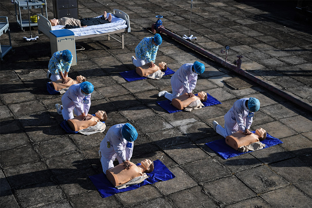 2020年3月7日中國昆明,戴著口罩的醫護人員在2019冠狀病毒爆發期間,於醫院參加演練。