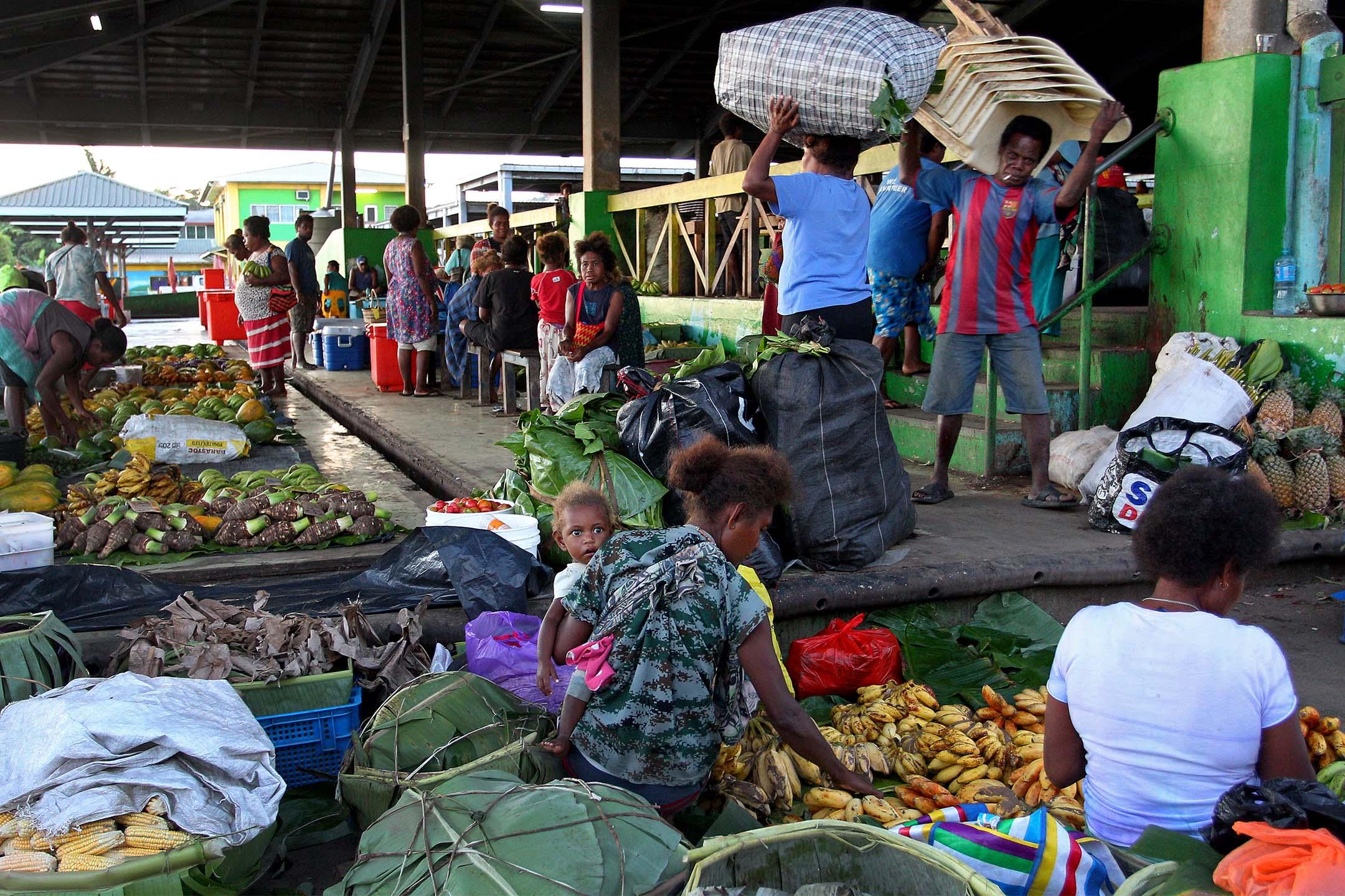 2019年10月12日清晨,攤販在霍尼亞拉中央市場準備農產品。 攝:Lisa Maree Williams/Getty Images