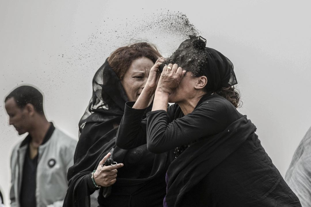 2019年3月14日,埃塞俄比亞航空一架波音737飛機起飛六分鐘後墜毀,機上157位乘客喪生。墜機事故發生一周後的現場悼念儀式上,一位遇難家屬在現場激動地以泥土撤在臉上。