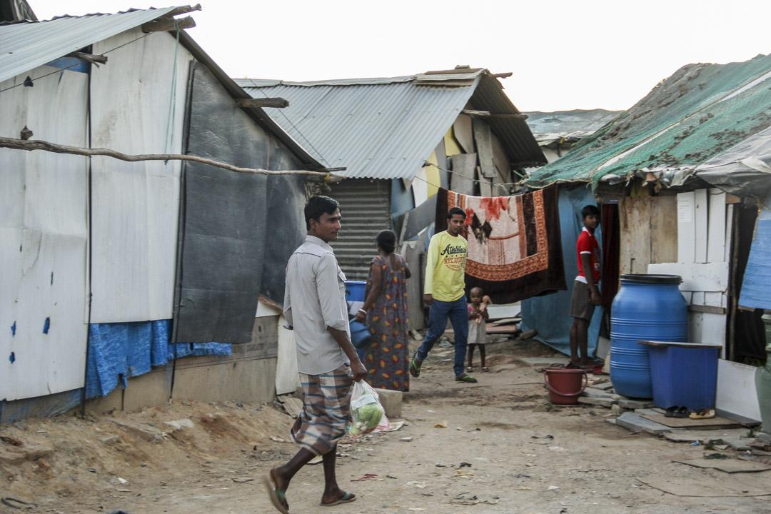很多外來勞工都拖家帶口,住在貧民窟的棚子裏。