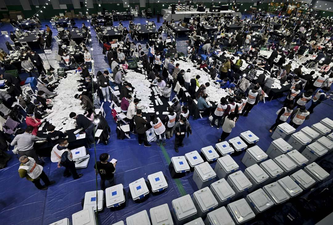 2020年4月15日,南韓首爾的體育館進行國會議員選舉的點票。 攝:Jung Yeon-je /AFP via Getty Images