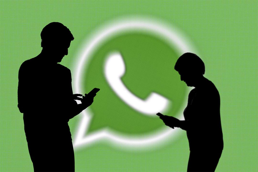 WhatsApp徽標前的人影。 攝:Frank Hermann/AP/達志影像