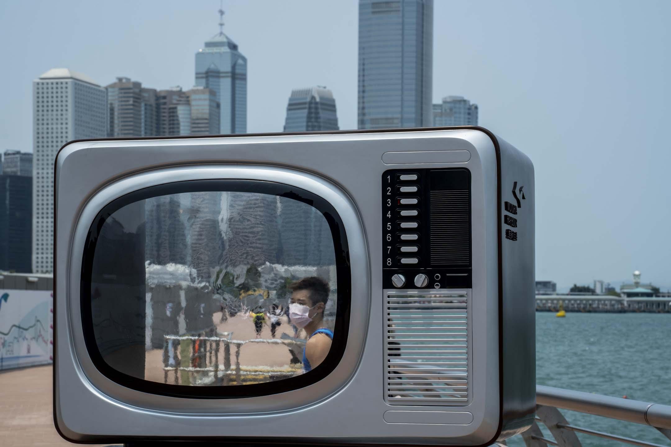 2020年4月10日,香港維港旁的一部電視模型。 攝:林振東/端傳媒