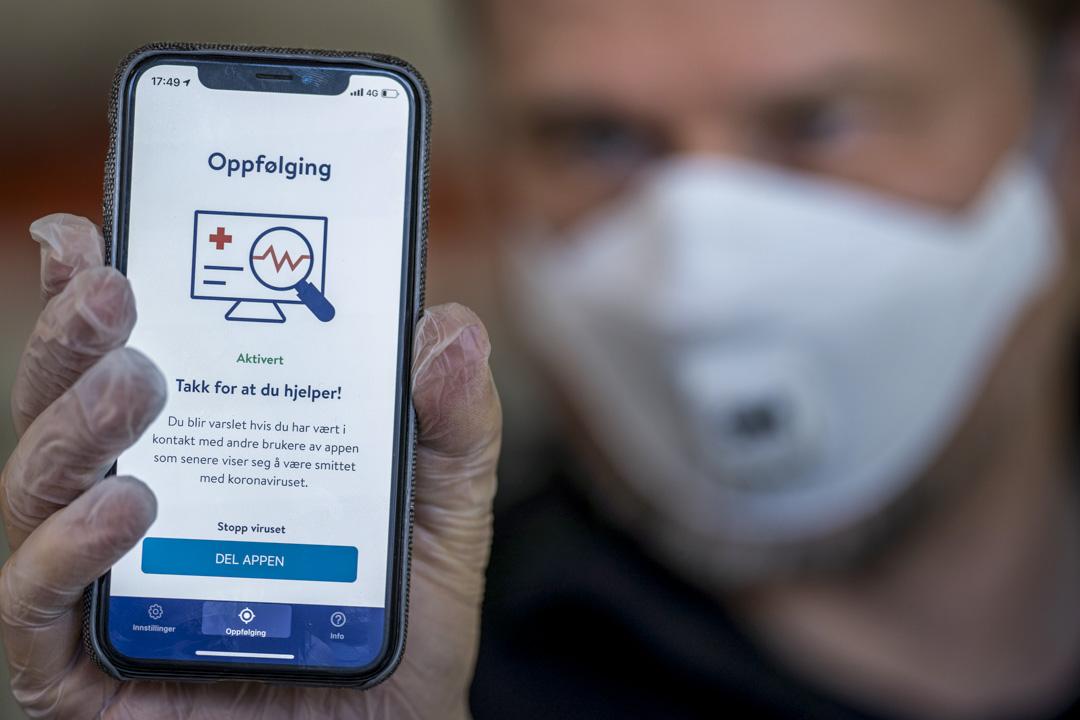 2020年4月17日,挪威一名男子手持一款電話app,功能是追蹤新冠病毒。