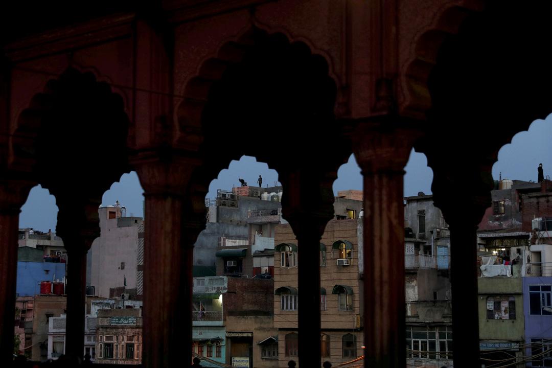 2020年4月24日,印度的齋月前夕,穆斯林男子站在屋頂上。