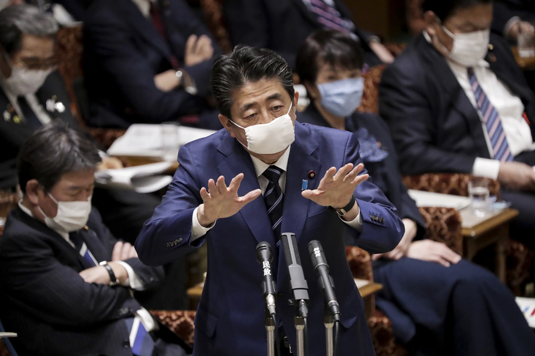 2020年4月1日,日本首相安倍晉三出席東京國會舉行的上議院會議時戴著口罩。