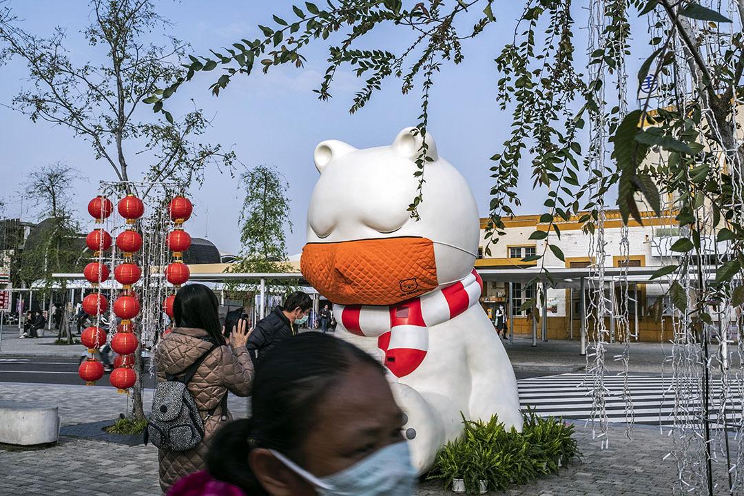 2020年3月16日,台灣嘉義車站外的白熊戴上口罩,遊人拍照留念。