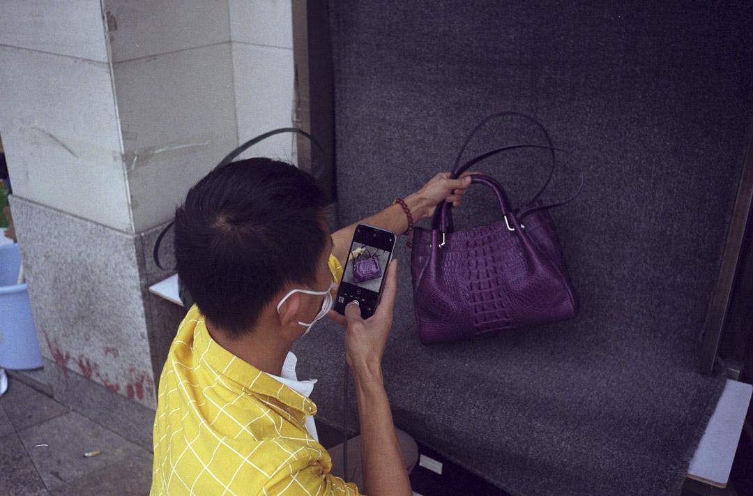 2020年4月17日,有男子在廣州三元里大道的街上直播皮包產品。