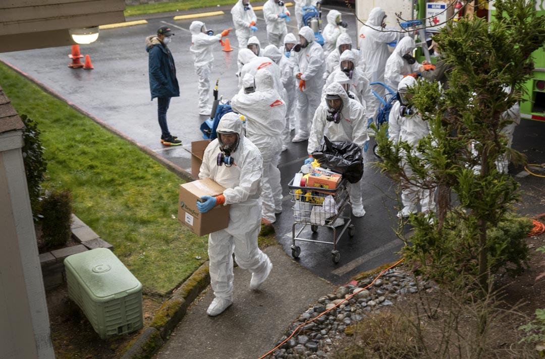 2020年3月12日,一名身穿防護服的清潔人員將消毒設備帶入柯克蘭生命護理中心。