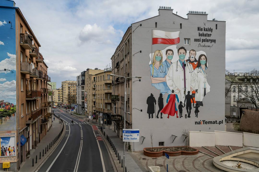 2020年4月2日,波蘭華沙,樓體巨幅壁畫向醫護人員致敬。 攝:Wojtek Radwanski/Getty Images
