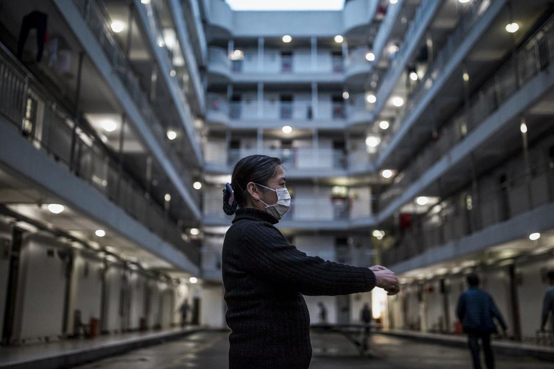 武漢軟件工程職業學院作為康復隔離點,康復病人在晚飯後散步。