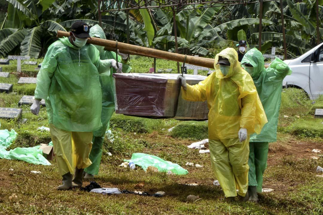 2020年3月31日1,印尼雅加達舉行的一個葬禮上,工人將新冠狀病毒的死者埋葬。