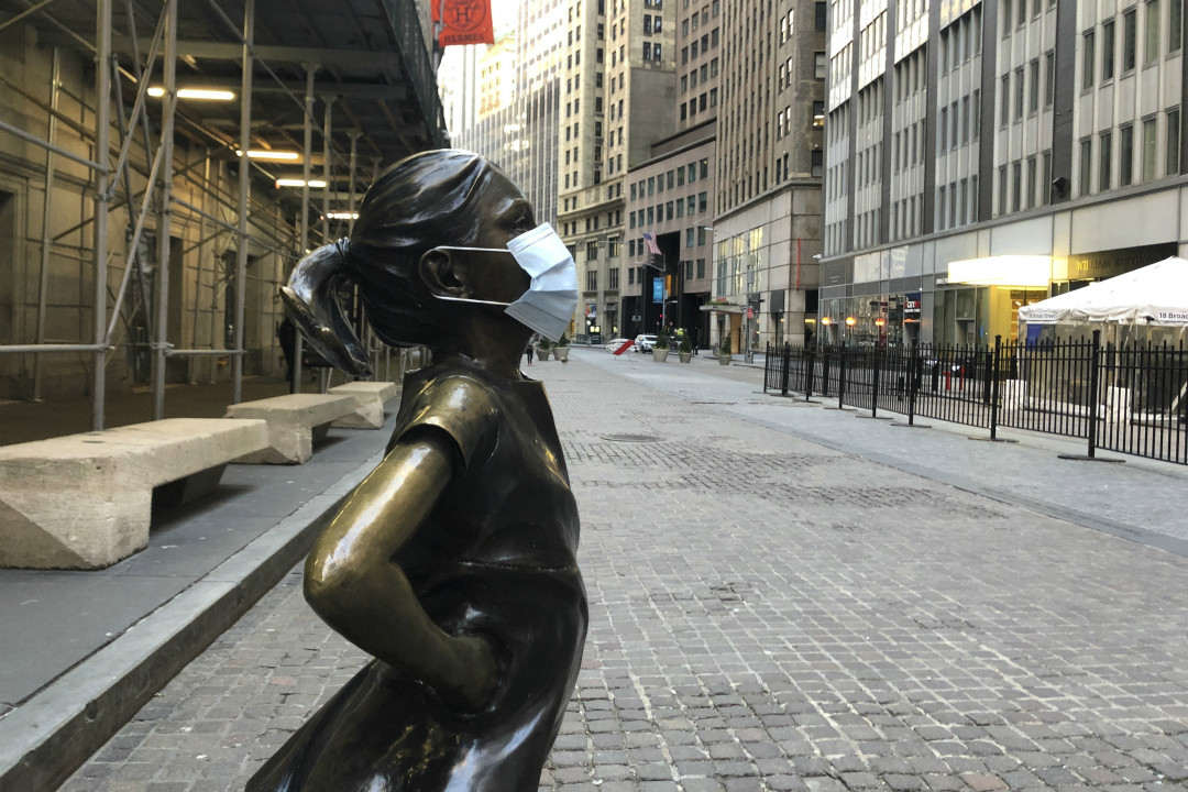 2020年4月15日,紐約華爾街「無畏女孩」(Fearless Girl)雕像被戴上口罩。 攝:Benno Schwinghammer/AP Images
