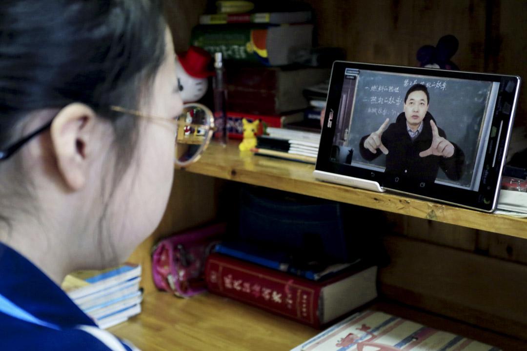 2020年2月9日,山西運城市一間學校的老師使用網上授課。