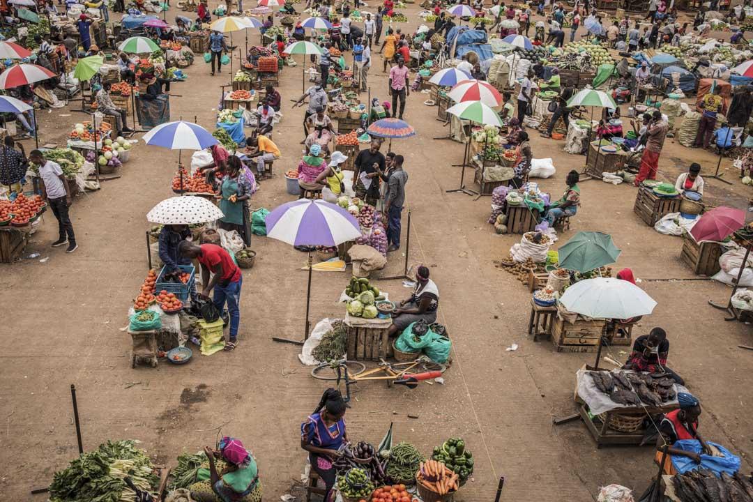 2020年4月7日,烏干達坎帕拉一個市場內,商販們都保持一定距離。